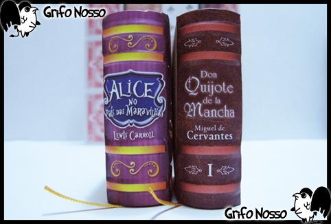"""Lombadas dos livros """"Alice no País das Maravilhas"""" e """"Don Quixote"""" da coleção menores livros do mundo"""